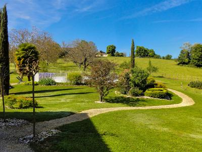Quiet and elegant 6-bedroom, 5-bathroom residence with large manicured gardens, covered swimming pool, double garage and extensive country views in a dominant position just outside the valley of the five chateaux