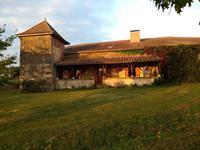Vielle ferme en pierre avec pigeonnier, grande granges, piscine chauffée, tennis, 63 fruitiers et 300 vignes et 1.1 hectares terrain.
