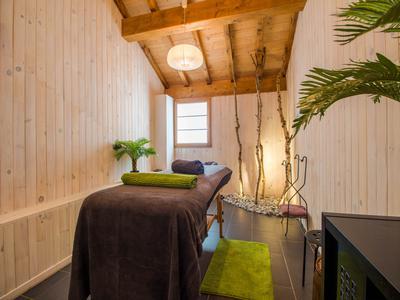 Chalet d'exception de 815m2, 10 grandes chambres en suite donnant 28 couchages, un appartement duplex, cheminée, spa avec sauna et bassins chauds, garage 9 voitures, et une vue imprenable sur les sommets de la Haute Tarentaise.