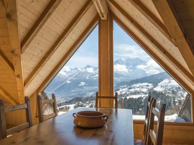 5 bedroom chalet for sale in Combloux near Megève. Spectacular location with swimming pool and exceptional views of Mont Blanc. Less than 5 mins drive (2.2km) to the nearest ski lift and only 1 hour (62km) to Geneva.