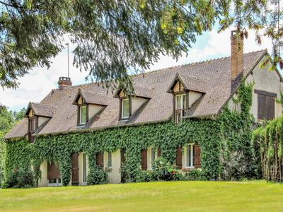 Magnificent authentic hunting property in the heart of the Sologne du Cher.A view on the nature ponds and meadows deerForests with trout fishing river on 31 hectaresA guest house with 5 rooms and a stable for 3 horsesCalm, rest, you will be under the charm at two hours from Paris.