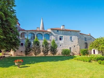 Stunning renovated 16C in the center of the Nouvelle Aquitaine, with a 2 bedroom Priory making it ideal for either private or professional use. 20mins Angouleme with LGV