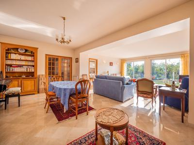 Land : 1,250sqm, Terraces : 130sqm, RER A Parc St Maur 20' – 5 bedroom house wheelchair accessible with full basement – Nanny annex – 2 car garage.