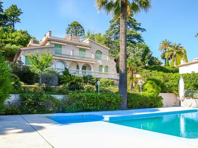 Cannes - Magnificent, renovated stone house inside a secure residential domain near the sea and old town of Cannes. This house has everything you need in a calm but yet well located setting.