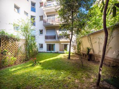 Paris 75015, Métro Boucicaut (L8) 450m.  Appartement 70m2, 3 pièces (2Ch) CHAMBRES DONNANT SUR JARDIN PRIVÉ DE 91m2 EXCEPTIONNELLEMENT CALME,  Accès mobilité réduite.