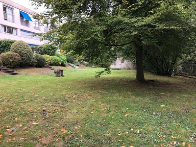 Superbe appartement de 164 m² - Environnement naturel exceptionnel – Vue sur la forêt et les étangs – A six kilomètres de Paris.Une jolie petite résidence de deux étages, nichée dans un écrin naturel et verdoyant des plus pittoresques.Vaste étendue verte et vallonnée, paisible et préservée, aux portes de Paris – Charmante commune du sud-ouest parisien.