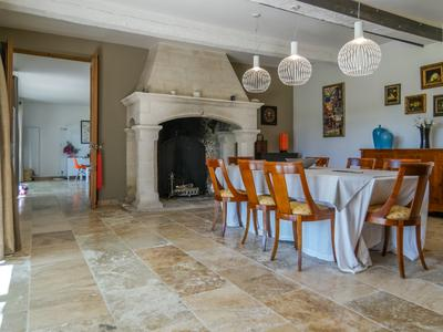 Close to Saint Rémy de Provence, 30 minutes from Avignon TGV station and 45 minutes from Marseille airport, magnificent, fully renovated and bright farmhouse in an quiet and idyllic setting close to the Alpilles.
