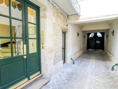 PARIS 75004, Ile Saint-Louis, rare opportunity for this property entirely renovated with double exposure offering 2 rooms (1 bed) for 52m2 (360 & floor plan available) on the  2nd floors of this peaceful historic building 2 steps away from Notre Dame and fashionable terraces.