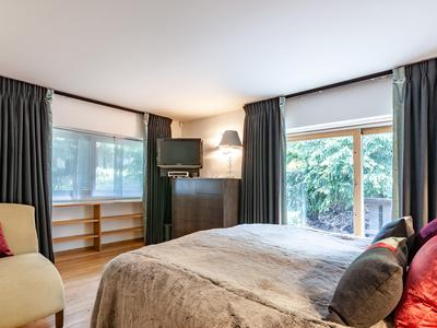 Superbe chalet de luxe de 6 chambres, dans un cadre prestigieux de la station de Méribel. Une magnifique propriété, skis aux pieds, blottie dans les pins, dans l'un des quartiers les plus recherchés de Méribel, au cœur des Trois Vallées.