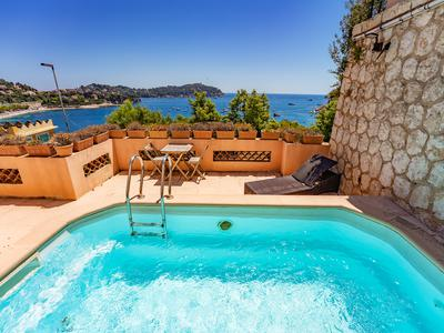 A beautiful three storey, spacious villa of 220 m2, with pool and garage, magnificent panoramic sea views across the bay of Villefranche, and perfectly situated in the centre of the Rade, a few steps from the sandy beach.