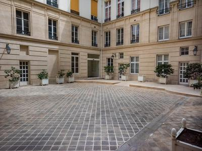 75001 - Pont Neuf - Video, 360 virtual tours and 3D plan available for this 1st floor flat with 3/4 rooms (T3 - 71m2) & 5 bay windows overlooking a pretty paved courtyard, exceptional location in the heart of a beautifully maintained Haussmannien building with lift, ideally nestled away from the hustle and bustle of the city.