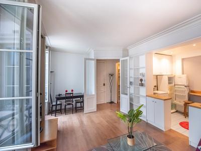 75001 - Pont Neuf - Vidéo, visites virtuelles 360 et plan 3D disponibles pour cet appartement de 3/4 pièces (T3 - 71m2), 1e étage, en angle avec 5 baies vitrées donnant sur une jolie cour d'honneur pavée, situation exceptionnelle au coeur d'un superbe immeuble haussmanien magnifiquement entretenu avec ascenseur, idéalement niché à l'écart de l'animation urbaine.