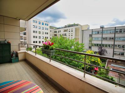 2 bedroom apartment with large south-east facing terrace, balcony, views onto tranquil gardens with fountain, 3rd floor with lift, complete with cellar and parking space, Levallois-Perret / Neuilly.