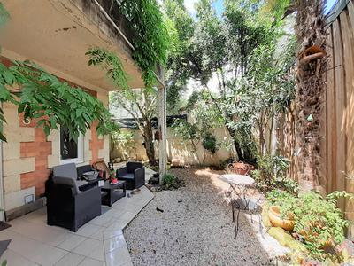 Maison familiale bourgeoise en pierre de 200 m² avec jardin au coeur de Saint Genès