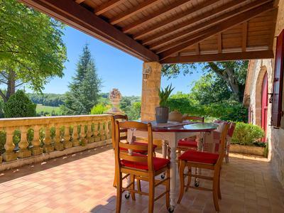 Coup de cœur assuré pour cette magnifique propriété entièrement rénovée. 6 chambres, piscine, grange attenante, jardin fleuris, vues et tranquillité.  Un véritable enchantement!