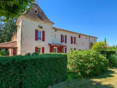 Magnificent 6 bedroom stone property in peaceful location, large barn, swimming pool situated in the Cote de Duras wine region 40 mins from Bergerac airport