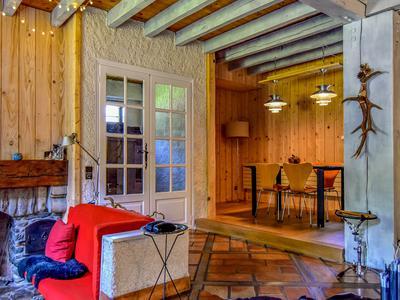 Cette belle maison de 4 chambres, de style chalet, est en parfait état. Avec des vues superbes sur les montagnes environnantes et à seulement 5 minutes de Bagneres de Luchon, vous devez visiter cette superbe propriété.