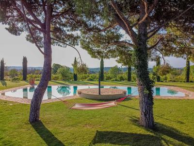 Magnifique domaine viticole (classé bio) de 17Ha avec une marque reconnue et une superbe maison de luxe à l'italienne de 6 chambres avec une piscine et des jardins fabuleux. L'occasion pour un amateur de vin de combiner un investissement commercial dans un cadre de vie agréable. À cinq minutes en voiture d'une ville historique animée et à 30 minutes de la Méditerranée, des montagnes et de l'aéroport et du TGV les plus proches.