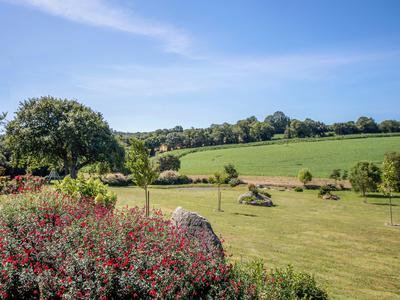 Un vaste domaine rural composé de 4 maisons et d'une salle d'événements, offrant un potentiel de revenus, entouré de jolis jardins, dont un étang naturel, et de son propre terrain, le tout à environ 5 minutes de la ville historique et magnifique de Locronan.