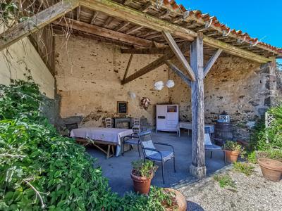Maison de Maître, construite 1849, avec deux ailes, piscine, située à l'orée d'un village calme avec petites commerces en Vendée.