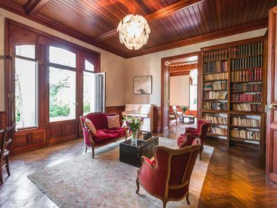 Élégant CHATEAU du XVIIIe siècle en excellent état, situé dans un parc boisé clos, avec de très beaux éléments d'époque et un appartement indépendant.