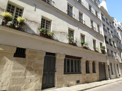 PARIS 75004, at the heart of the island Île Saint-Louis, Notre Dame area, a rare opportunity for this Duplex offering 6 rooms (4 bed - 2 bath) of 162m2: 80m2 + 82m2 on each floor (VT 360 & floor plan available), beautiful & calm with optimized space, situated on the ground floor of a 17th century building (1635), surrounded with Paris monuments, the Seine river and fashionable terraces.
