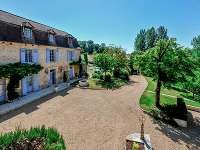Absolutely stunning chateau and Guest Annex situated in a private position in the Dordogne countryside within easy distance to all commerce. 16,7 acres, swimming pool, winding tree-lined drive  - Périgord Vert.