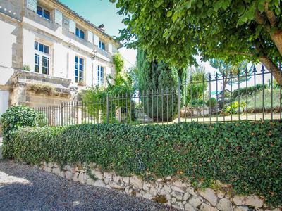 GITE BUSINESS! BELLE DEMEURE du 18ème siècle avec 3 gîtes luxueux, jardin et terasses privatives 2 piscines! Entourée des vignobles de SAINT-EMILION!