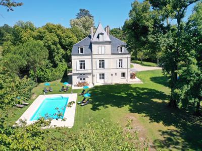 Somptueuse Château de luxe entièrement rénovée en 2018, tout en gardant les éléments authentiques qui font son charme - une vrai travail d'amour.