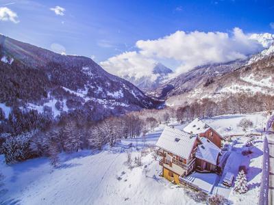 Chalet de ski et cyclisme à Vaujany de haut standing avec une vue spectaculaire à 360 degrés sur la montagne et la vallée. L'orientation de ce chalet de 10 chambres, est plein sud. En outre, il est situé à quelques pas des remontées mécaniques qui vous relient sans effort au vaste domaine skiable de l'Alpe d'Huez. Idéal comme maison de montagne familiale ou avec un gros potentiel pour ce commerce.