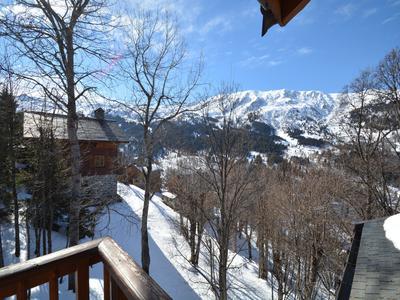 Chalet privé accessible à ski avec 8 chambres, formidablement situé au Méribel centre.  Grand chalet de 263m2 tres pres du remontée mechanique et des pistes.  Opportunité d'agrandir le chalet puisque le terrain a coté est a vendre. VISITE VIRTUELLES DISPONIBLE SUR DEMANDE