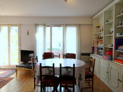 VINCENNES West, close to Paris, well distributed 2/3 bedrooms apartment (4 rooms) double exposed offering 72m2 (see virtual tours 360 and floors plans) with a 7m2 terrace, on the 1st floor of a contemporary 1970 building with elevator, cellar and a parking space (+30.000€), between the city centre and Saint-Mandé market.