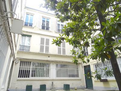 Paris 75003 - Le Marais/Archives, une surface de 55m2 avec Commercialité, disposée en 2 suites de 28m2 pour Hébergement hôtelier, bien située, bon rendement, au RdC sur cour calme, proche des quais de la Seine. Idéal investissement, base parisienne, ou profession libérale (voir Plan&vue 360°).