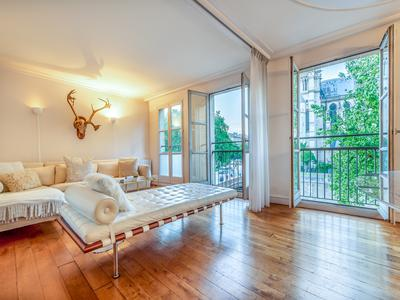 PARIS 5e, Quai de Montebello- Quartier Sorbonne, spacious 1 bedroom apartment, double exposure , 69 m2, fully renovated, 2nd floor with elevator, bathed in natural day light, North/ South, offering breathtaking views of Notre Dame Cathedral de Paris and Seine River. In the historical heart of the City.