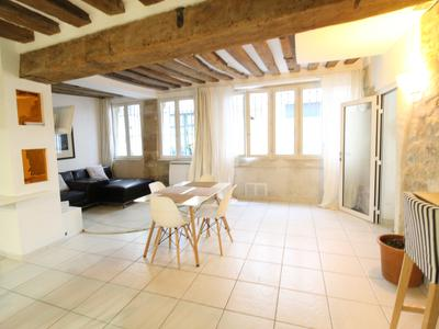 PARIS 75004, at the heart of the island Île Saint-Louis, Notre Dame area, a rare opportunity for this apartment offering 3 rooms (2 bed) of 80m2 (VT 360 & floor plan available), beautiful & calm with optimized space, situated on the ground floor of a 17th-century building (1635), surrounded with Paris monuments, the Seine river and fashionable terraces.