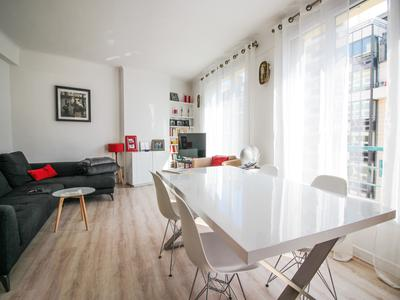 Sunny 2 bed apartment, refurbished to a high standard, on the fourth floor and south facing 75015