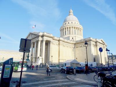 75005 Paris - Panthéon/Luxembourg - Charme et cachet pour ce 3 Pièces de 55m2, 1/2 chambres, cave, 2,75m de HsP, 3 cheminées, moulures et parquet d'origine, au 1er étage sur cour calme et plantée d'un bel immeuble sécurisé et bien entretenu. Sectorisé collège Henri IV (voir Plan et vue 360°)
