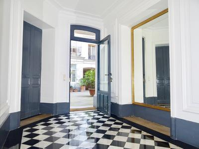 75005 Paris - Panthéon/Luxembourg - Charm and character for this apartment of 55m2, 3-room, 1/2 Beds, cellar, 2.75m Heigh ceiling, 3 fireplaces, moldings and original oak flooring, on the 1st floor on a quiet courtyard of a secure and well maintained building. Sectorized Henri IV college (see Plan & 360° view)