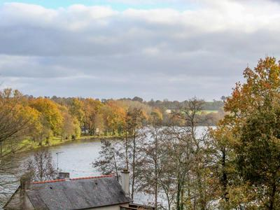 Beautifully renovated 18th century family home of 300 m2 set in a private parc in the centre of town overlooking the lake of Bain de Bretagne.Within a short walking distance of shops and schools