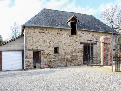 Magnifique maison de maitre de 300m2 et son parc de plus de 3000 m2 au cœur de la ville avec vue sur le lac de Bain de Bretagne.