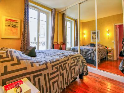2 bedroom apartment - 53m² - 4th floor with lift - 300m from Charles de Gaulle Etoile