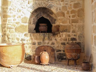 Rare abbaye du 12ème siècle restaurée avec 6 chambres, 3 salles de bain desservies par un large escalier central en pierre en colimaçon. Beaux vues, terrains et 2 étangs empoissonnés