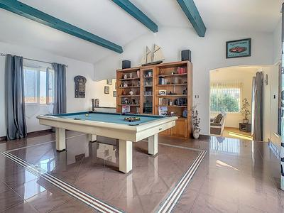 Exceptional modern VILLA with independent apartment, large pool and garages, located in SIGEAN near the Mediterranean coast and fabulous beaches.