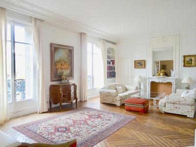 Paris 75006 - Raspail / Luxembourg - Luxueux appartement d'angle de 210m2, de 5 pièces, sans vis-à-vis, traversant, 3,80m de HsP, moulures, cheminées et parquet, au 2e étage d'un immeuble Haussmannien de grand standing avec ascenseurs, proche du jardin du Luxembourg. (Plan&vues 360°)