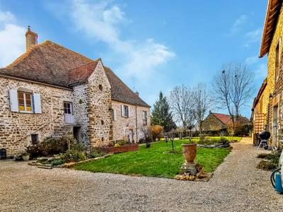 Magnificent historic house of 1750, 380 m², 7 bedrooms, secure swimming pool, large outbuildings with potential for all projects, on a large plot of land.Côte-d'Or. Burgundy