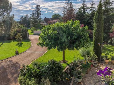 Grande demeure de 260 M2 à Saint Cyr les vignes, 4 chambres, grand spa + de 10 personnes, habitation entièrement climatisée, sur un terrain arboré de 2800M2 comprenant un jardin d'hiver, un chalet et un garage de 65 M2
