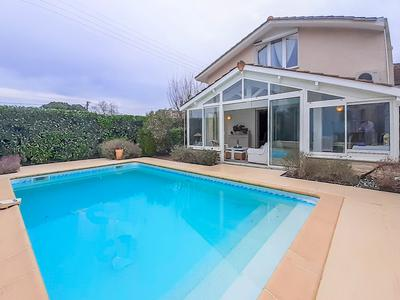 Pessac Haut-Brion - Bright, family home with 172m² of living space, pool and garage.