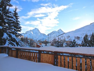 Magnificent luxury ski chalet 300m2 with 4 bedrooms 2 cabin rooms and spa offering stunning views across Les Deux Alpes towards the Muzelle Glacier from its elevated position above the main town. Exclusive to Leggett. Click the 360° button for the virtual views.