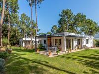 Exceptionnelle villa moderne dans une résidence privée à 700 m de la plage, avec une maison d'amis indépendante donnant sur le parcours de golf.