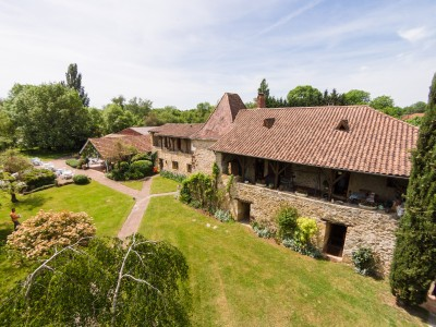 Propriété de caractère dans environnement magnifique, 16 chambres en suite, maison de trois chambres, studio, grande salle, cuisine profesionnelle, 14ha de terrain avec piscine.